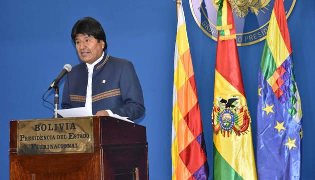 foto de El presidente de Bolivia, Evo Morales, durante una declaración a periodistas.