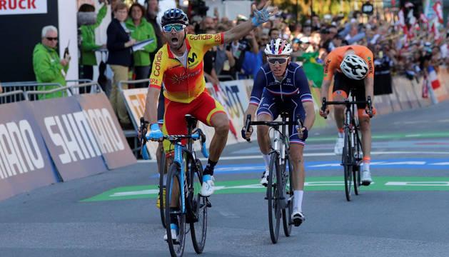 Alejandro Valverde celebra su victoria al cruzar la línea de meta.