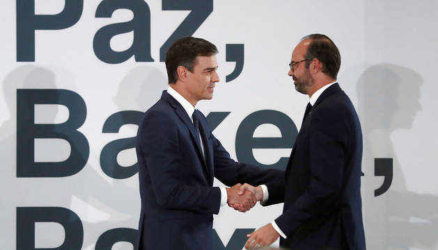 El presidente del Gobierno, Pedro Sánchez (i), durante el acto en el que ha recibido de manos del primer ministro francés, Edouard Philippe, documentos y material intervenidos en el país galo a la banda terrorista ETA