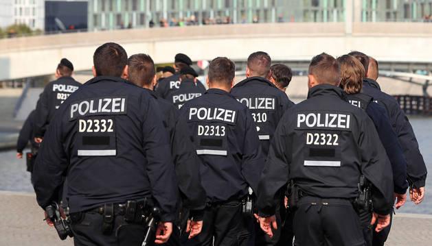 Un grupo de policías pasean cerca del Reichstag, el parlamento alemán, en Berlín