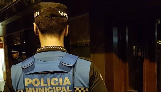 Un agente de la Policía Municipal durante las intervenciones este fin de semana.
