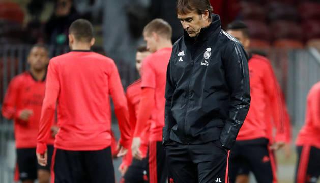 Julen Lopetegui, pensativo durante el entrenamiento del Real Madrid en Moscú.
