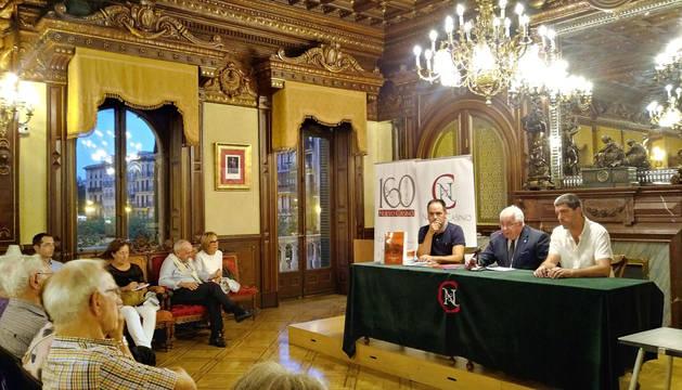 PRESENTACIÓN DEL LIBRO RECOPILATORIO Joaquín Ansorena, vicepr. del Nuevo Casino de Pamplona, flanqueado por los miembros actuales de La Kukula, Iñaki Ayerra (izda.) y Fernando Hualde.