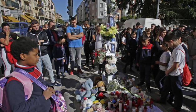 La mediana de la Avenida de Villava se llenó este martes de velas, flores y peluches en recuerdo al niño fallecido.
