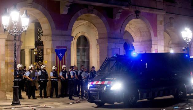 foto de Efectivos de los Mossos protegiendo el Parlament de Cataluña ante los manifestantes.