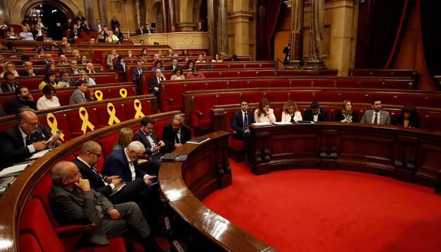 Vista del hemiciclo del Parlament con los escaños de Ciudadanos y el PPC vacíos antes del dictamen de la comisión del Estatuto de los Diputados sobre los diputados suspendidos por el Tribunal Supremo.
