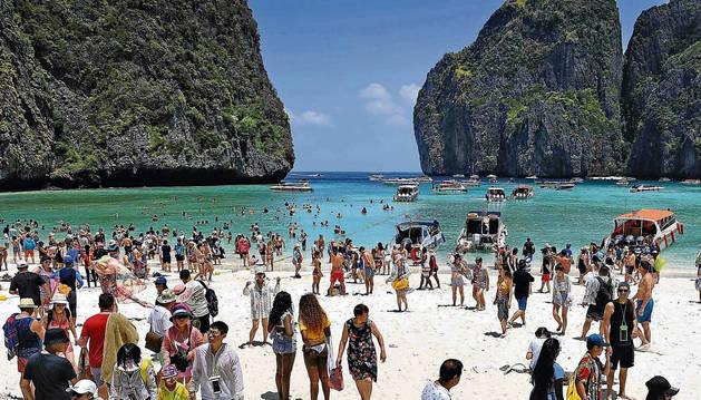foto de Afluencia de turistas en la playa Maya Bay de Tailandia que ha provocado su cierre.