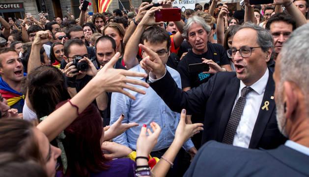 El presidente de la Generalitat Quim Torra, rodeado de manifestantes.