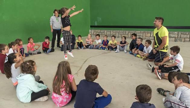 El grupo más numeroso de la actividad, este martes en las instalaciones del colegio Mater Dei.