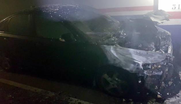 Un coche se incendia en un garaje de la Rochapea
