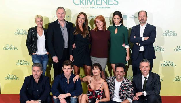 foto de La cineasta Gracia Querejeta junto a los actores de la película, durante la presentación de