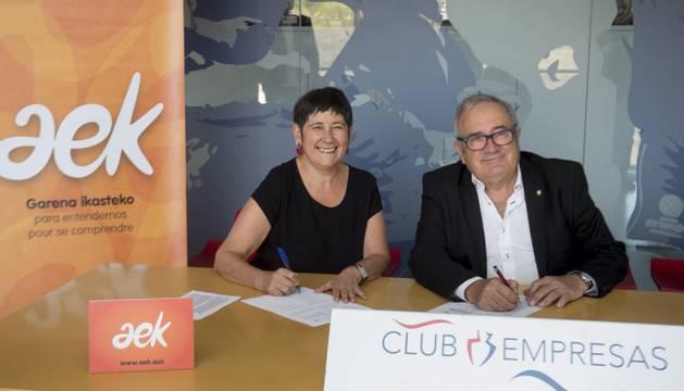 La coordinadora general de AEK, Mertxe Mugika, y el presidente de Osasuna, Luis Sablaza, firman el convenio en El Sadar.
