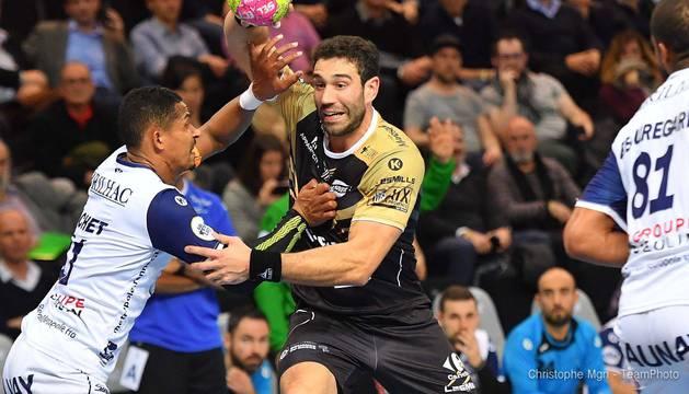 El lateral, Iosu Goñi, que disputará la EHF Cup, en un partido del curso anterior con su equipo, el PAUC.