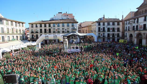 Los participantes en la pasada edición de esta prueba solidaria, con sus camisetas verdes, en la plaza de los Fueros de la capital ribera.