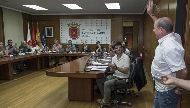 El adiós entre aplausos de Miguel Ángel Remírez tras dirigir al pleno municipal unas palabras de despedida.