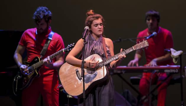 Amaia Romero, en el escenario del Teatro Gayarre junto a los miembros de Free Fall Band.