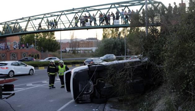Un fallecido tras volcar un taxi en la ronda norte de Pamplona en la rotonda de Artica