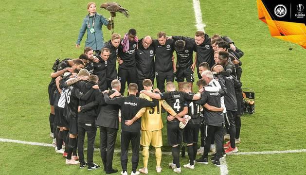 Sus compañeros del Eintracht Frankfurt, al conocer la noticia después de ganar al Lazio.