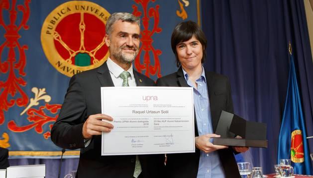La alumni distinguida, Raquel Urtasun, junto con el rector de la UPNA, Alfonso Carlosena.