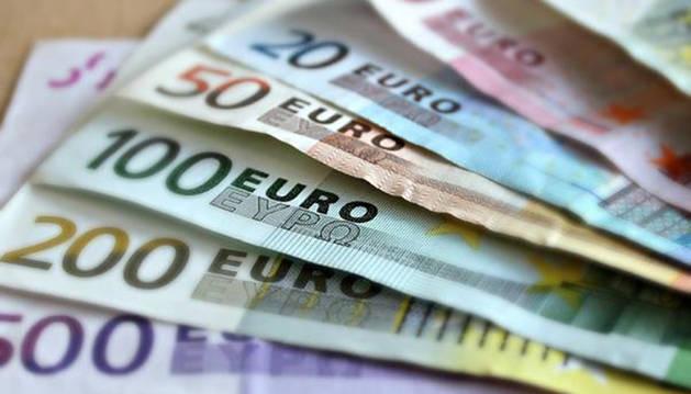 Foto de varios billetes de euro.