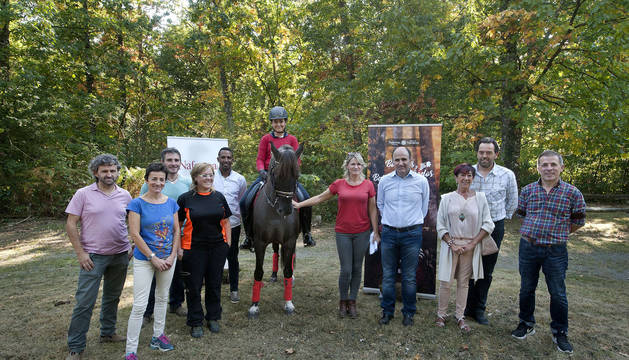 Ayerdi y Ezkutari, con varios asistentes al evento celebrado en el bosque de Orgi.