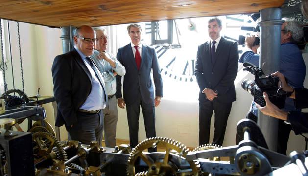 El presidente de Canarias, Fernando Clavijo (derecha) y el de Madrid, Ángel Garrido (centro), visitaron este viernes el reloj de la Puerta del Sol.