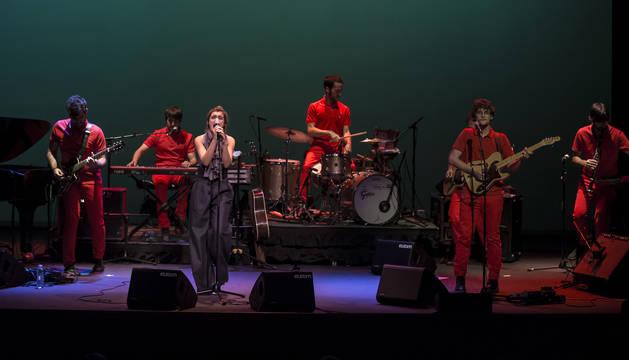Amaia Romero, con los miembros de The Free Fall Band, durante el concierto del Gayarre.
