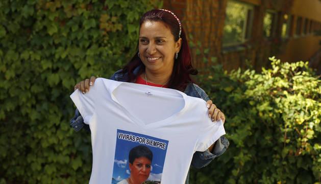 Jeny Castañeda, con una camiseta con la imagen de su madre, en Pamplona, donde ofreció dos charlas.