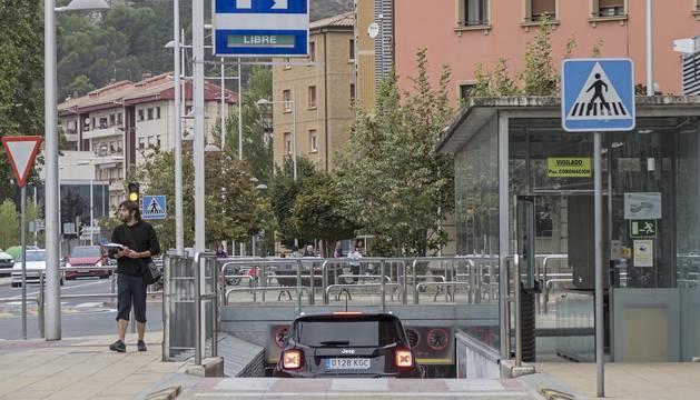 Acceso al parking del subsuelo de la plaza de la Coronación y calle San Francisco Javier.