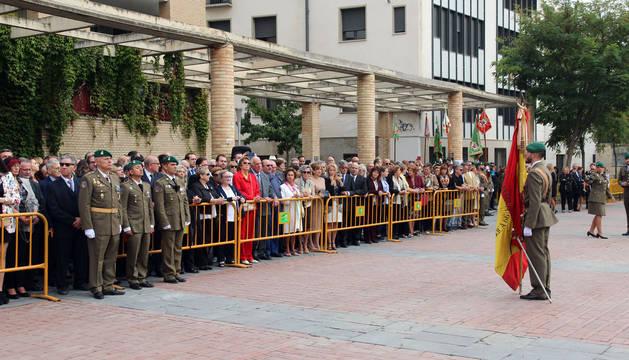 Un soldado sujeta la bandera de España ante las 250 personas inscritas que procedieron a jurarla.