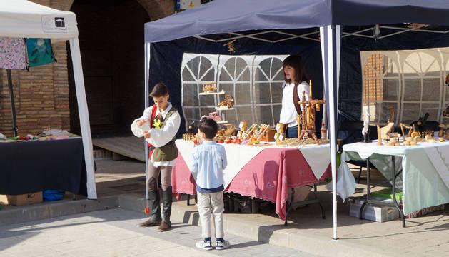 Dos niños, en uno de los puestos del mercado barroco.