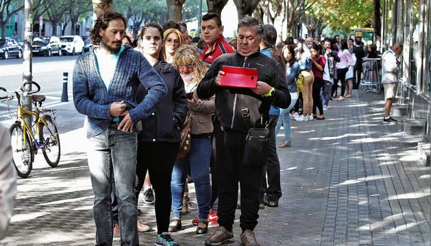 Numerosos aspirantes esperando en la fila para acceder al 'casting' de la trilogía de 'El Guardían Invisible' de la autora Dolores Redondo.