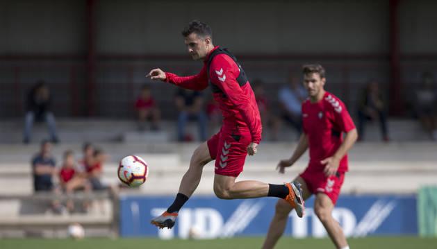 Juan Villar remata una pelota en Tajonar. El onubense está cerca de reaparecer