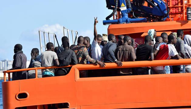Efectivos de Salvamento Marítimo trasladan al puerto de Almería a 59 personas.