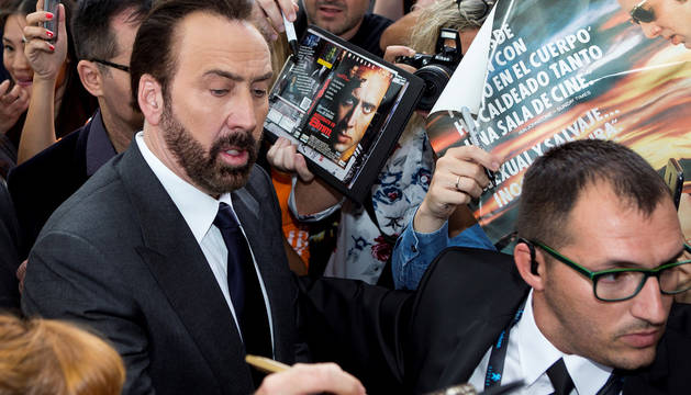 Nicolas Cage firma autógrafos a su llegada al Festival de Sitges.
