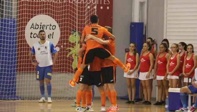 Los jugadores del Aspil Vidal celebran la victoria en Peñíscola