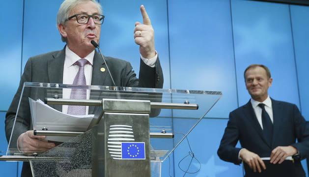 El presidente de la Comisión Europea, Jean-Claude Juncker (izq), y el presidente del Consejo Europeo, Donald Tusk.