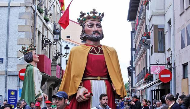 Cientos de villaveses arroparon en la calle a la Virgen del Rosario junto a la comparsa de gigantes y cabezudos, los txistularis, la coral y la nueva banda de música de la localidad que debutó por primera vez durante las fiestas