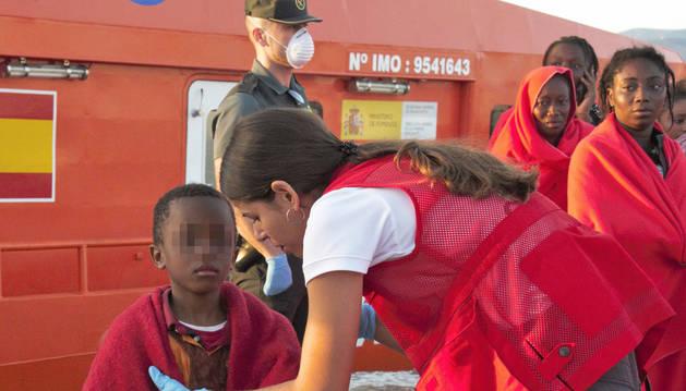 Efectivos de la Cruz Roja atienden a varios de los inmigrantes tras su llegada al puerto de Motril (Granada).