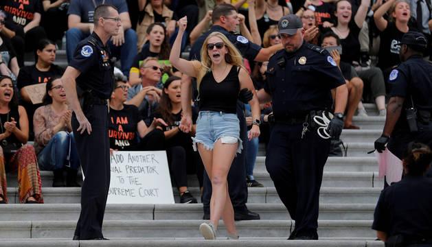 Una mujer es detenida en las protestas frente al Capitolio de Estados Unidos en Washington.