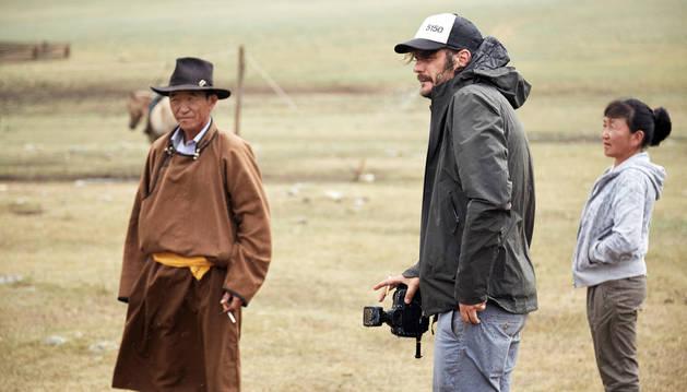 José Miguel Ahedo, con su cámara en el centro, durante su estancia en Mongolia junto a dos ganaderos de la zona.