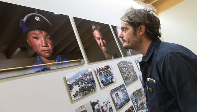 José Miguel Ahedo observa uno de los retratos que muestra en la exposición.
