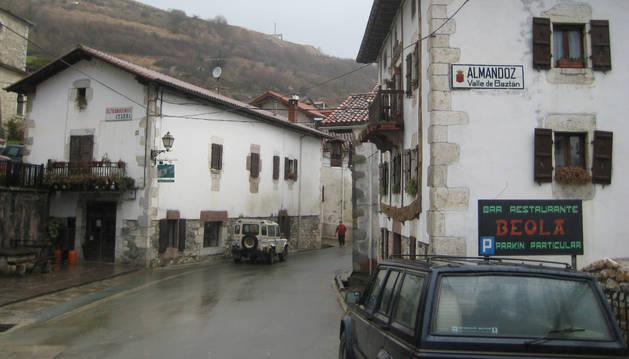 foto de Imagen de archivo de la travesía que surca el centro urbano de Almandoz.