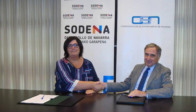 Momento de la firma; de izda. a dcha. Pilar Irigoien, directora gerente de Sodena y José Antonio Sarría, presidente de CEN.