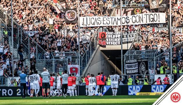 Pancarta de la afición del Eintracht Frankfurt que muestra su apoyo a Torró