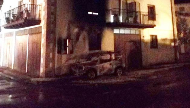 El incendio de un coche obliga a desalojar un bloque de viviendas en Elizondo