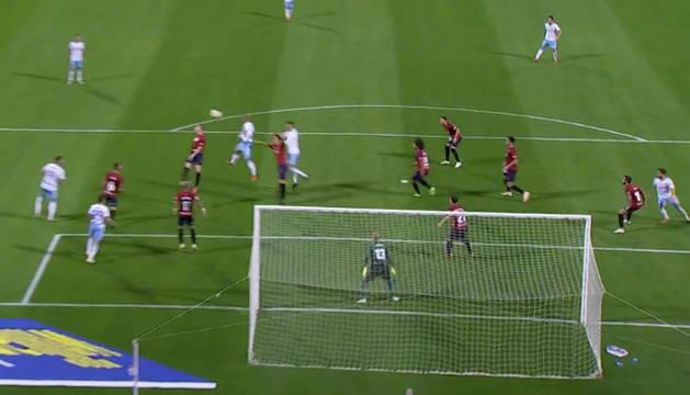 Verdasca remata de cabeza en el gol del Zaragoza.