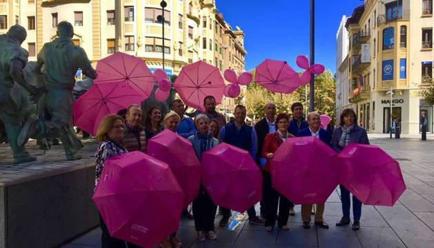 foto de Algunos de los participantes en la campaña con los paraguas rosas que venderán estas semanas.