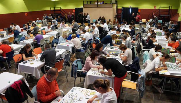 foto de Los participantes en la XXI edición del concurso montan sus puzzles en el Centro Cultural Sarasate de Castejón.