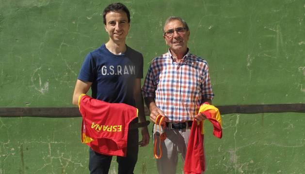 José Moreno junto a su hijo, Juan, con la camiseta y la medalla.